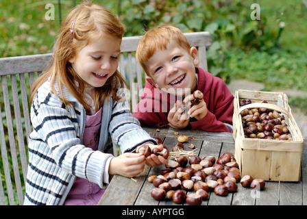 Les enfants faire de l'artisanat hors de châtaignes en automne