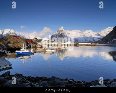 Village de pêcheurs et du port de Hamnoy en hiver, Reine, les îles Lofoten, Norvège, Scandinavie Banque D'Images