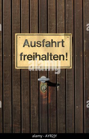 Ausfahrt freihalten (ne pas bloquer l'entrée) sur un panneau de porte de garage Banque D'Images