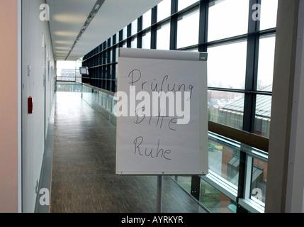 Signe (Allemand): 'Examen en cours, s'il vous plaît silence' dans une école en Allemagne, Europe Banque D'Images