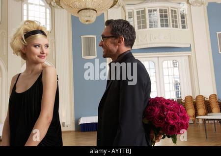 L'homme sur le point de donner bouquet de roses pour femme Banque D'Images
