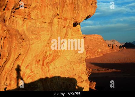 Self Portrait sur orange rouge falaise sur étendue de désert Wadi Rum Jordanie Banque D'Images