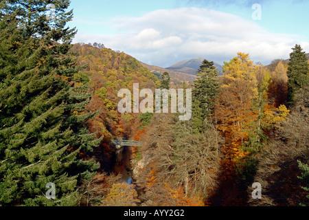 Vue ensoleillée d'automne du pont sur la rivière Garry près de Killiecrankie dans le Perthshire en Écosse Banque D'Images