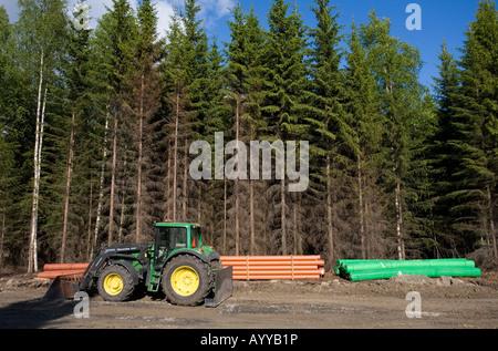 Tracteur et tuyaux de drainage à la construction des routes site , Finlande