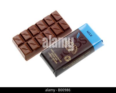 Les vert et noir de luxe Chocolat au lait bio Bar isolé sur un fond blanc avec un chemin de détourage et aucun peuple Banque D'Images