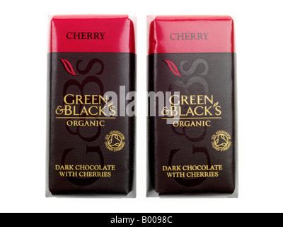 Les vert et noir tablette de chocolat noir bio de luxe avec cerises isolé sur un fond blanc avec un chemin de détourage Banque D'Images