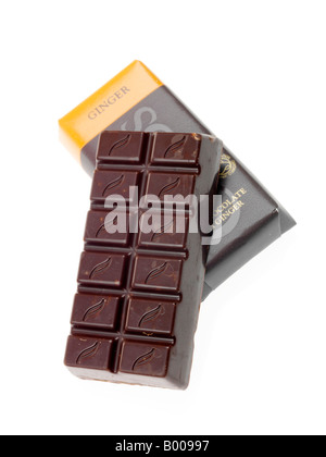 Les vert et noir de luxe riche Bio tablette de chocolat noir au gingembre isolé sur un fond blanc avec un chemin Banque D'Images
