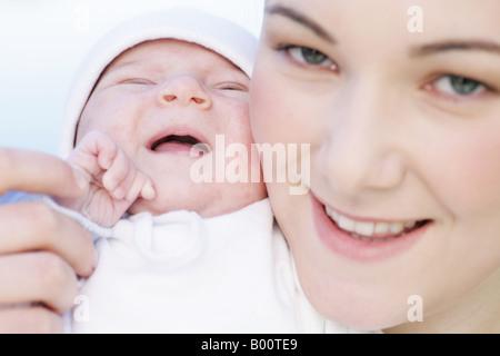 Jeune mère de 22 ans avec sa fille de six semaines à l'extérieur Banque D'Images
