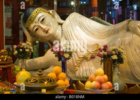 Un Bouddha de Jade secondaire allongé sur la table en acajou, Temple du Bouddha de Jade, Shanghai, Chine Banque D'Images
