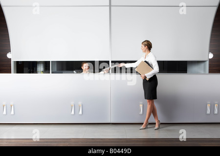 Réceptionniste et Businesswoman at Desk