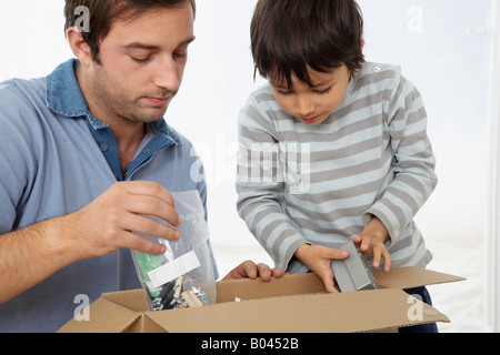 Père et fils à la Boîte à Banque D'Images