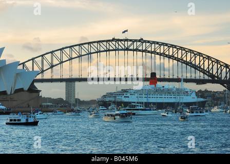 Luxusliner Queen Mary beim Einparken und zwischen Opéra de Sydney Harbour Bridge en Schaulustige Booten und auf Banque D'Images