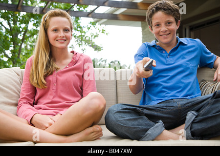 Teenage boy and girl watching tv Banque D'Images