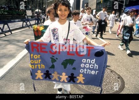 Les enfants de mars à la parade pour la planète jusqu'Sixième Avenue à New York le jour de la Terre 1995 Banque D'Images