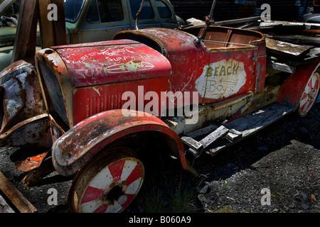 Vintage Classic car la rouille dans un parc de démantèlement Banque D'Images