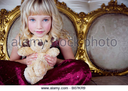 Portrait of a little girl holding a teddy bear Banque D'Images