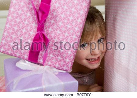 Petite fille avec des cadeaux d'anniversaire Banque D'Images