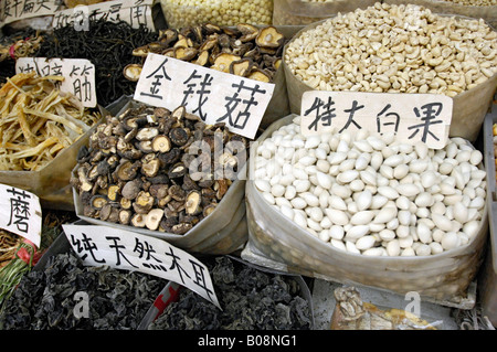 Sacs de poissons séchés, noix et les haricots dans un marché en Xián, Shaanxi, Chine, l'Asie de l'Est Banque D'Images
