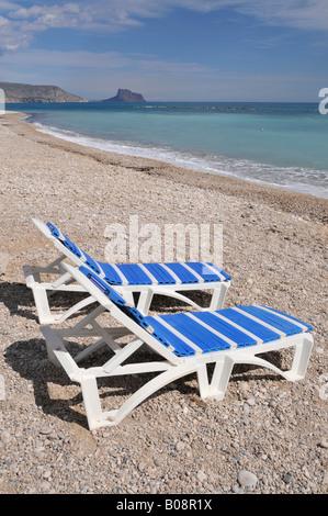 Vide deux transats sur la plage, Altea, Costa Blanca, Espagne Banque D'Images