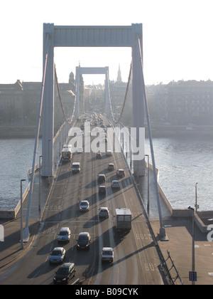 BUDAPEST, HONGRIE. Tôt le matin, vue sur le pont Erzsebet sur le Danube, à l'égard du côté de la rivière. Banque D'Images