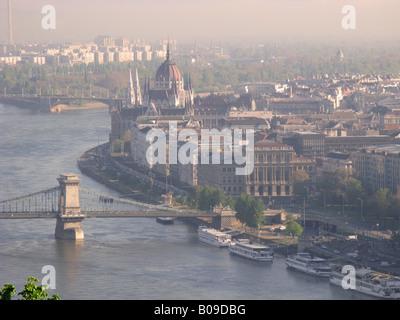 BUDAPEST, HONGRIE. Vue à partir de la Citadelle à l'aube sur le Danube au parlement hongrois et au-delà. Banque D'Images