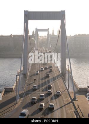 BUDAPEST, HONGRIE. Tôt le matin, vue sur le pont Erzsebet sur le Danube, à l'égard du côté de la rivière. L'année Banque D'Images