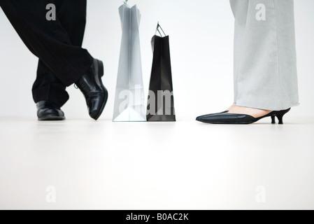 Woman with shopping bags entre eux, portrait de pieds, low angle view Banque D'Images