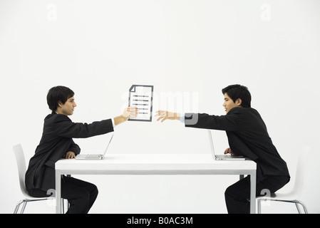 Deux collègues assis face à face à 24, un côté à l'autre document