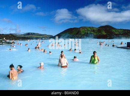 Piscine Spa géothermal Blue Lagoon dans le soleil d'été près de Reykjavik Islande Europe Banque D'Images
