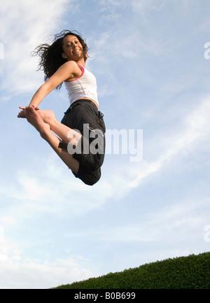 Une jeune femme fille sautant sur un trampoline, UK Banque D'Images