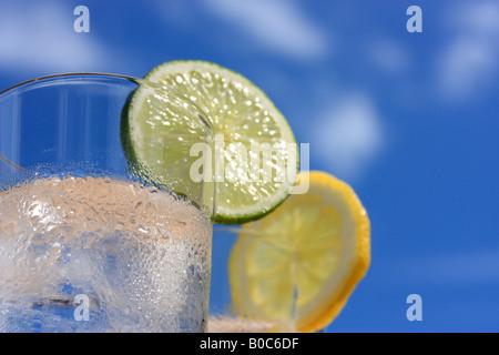 Verres d'eau avec de la glace, citron et lime Banque D'Images