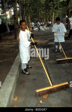 Les bénévoles balaient la chemins en Sara Delano Roosevelt Park à New York au cours de l'assemblée annuelle de la Journée mondiale de nettoyage
