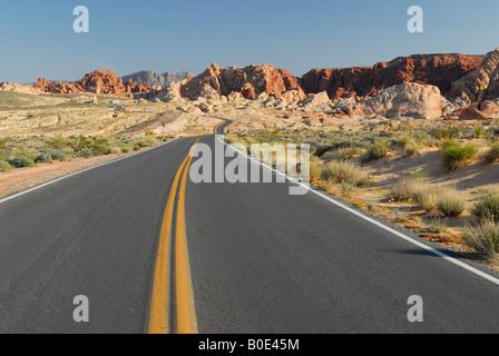 Route à travers la Vallée de Feu State Park près de Las Vegas, Nevada Banque D'Images