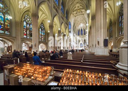 Célébration de la Messe dans la Cathédrale St Patrick, 5ème Avenue, Manhattan, New York City