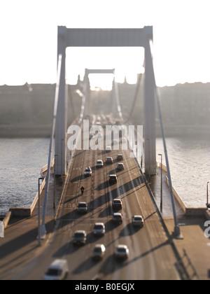 BUDAPEST, HONGRIE. Un Tilt-shift vue du pont Erzsebet à travers le fleuve Danube. L'année 2008. Banque D'Images