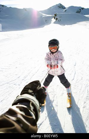 Jeune fille remorqué en skis Banque D'Images