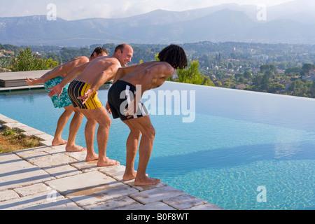 Les hommes de plonger dans une piscine Banque D'Images
