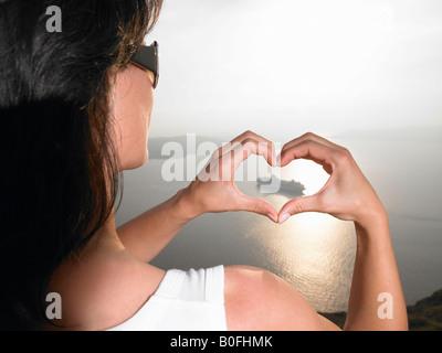 L'élaboration d'une femme voile avec ses mains