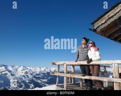 Couple enjoying sun à montagne