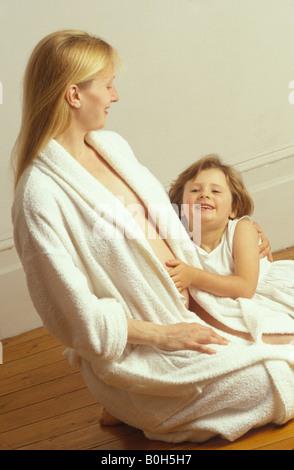 Femme enceinte avec son premier enfant sentiment le bébé bouger à l'intérieur Banque D'Images