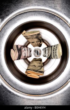 Les dollars américains dans l'acier inoxydable évier Banque D'Images