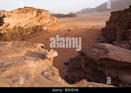 Camp avec les chevaux dans le désert, Wadi Rum, Jordanie, Moyen-Orient Banque D'Images