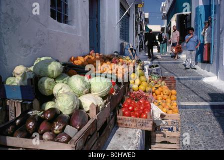 Les fruits et légumes en vente dans rue de Thira Santorini Cyclades Grèce Banque D'Images