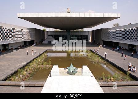 Cour intérieure du Musée National d'anthropologie conçu par pedro Ramirez vazquez, parc de Chapultepec, Mexico Banque D'Images