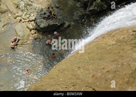Vue du haut vers le bas pour les gens assis dans la cascade Salto del Arco Iris Soroa Cuba Avril 2007 Banque D'Images