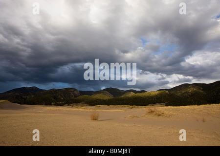 Les nuages colorés papier sur les montagnes Sangre de Cristo vue le long de Medano Creek Great Sand Dunes National Park Colorado