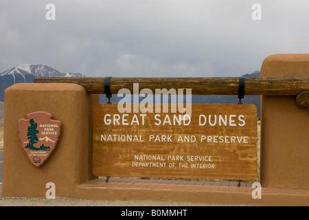 Panneau de bienvenue à Great Sand Dunes National Park and Preserve avec Sangre de Christo enneigés des montagnes en arrière-plan NOUS CO