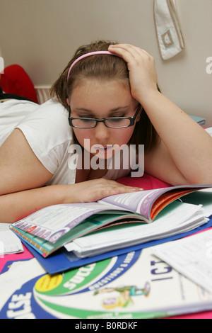 Adolescente d'étudier pour ses examens ou faire leurs devoirs à la très épuisé et assez