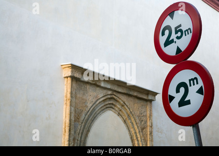 Panneaux de circulation dans une rue étroite, le centre-ville de Séville, Espagne Banque D'Images