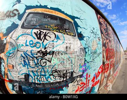 Graffiti sur mur de Berlin emblématique à l'East Side Gallery Banque D'Images